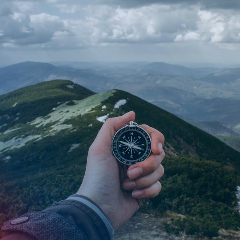 Foto Person mit Kompass
